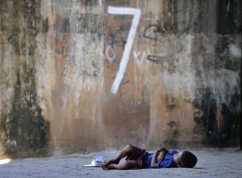 Seorang anak jalanan tertidur di kawasan Gambir, Jakarta Pusat, Selasa (9/2).